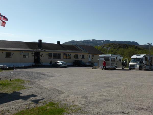 """arrêt carburant à Ifjord...on a failli rater la """"ville""""...juste cette station et plus loin quelques maisons dispersées..."""