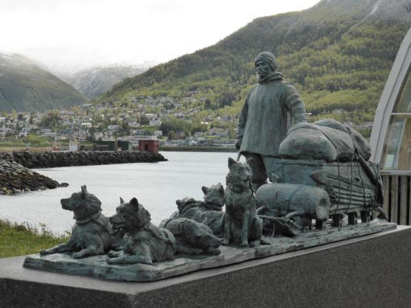 A côté du musée, sous verre, un ancien bateau de pêche pour l'Arctique... et la statue de l'explorateur Hanssen...