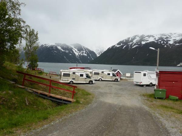 En continuant, à 3 km de là, nous trouvons un minuscule camping... ( 100 NOK la nuit par camping-car soit 12,5€)