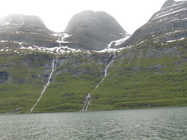 de l'autre côté du fjord...torrents...