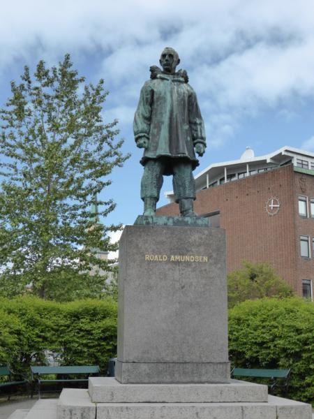la statue d 'Amundsen, originaire de cette ville...