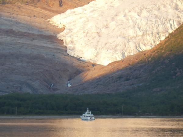 ce bateau parait bien petit face à ce géant de glace...pourtant toute petite langue glaciaire de ce glacier de 370 km2, culminant à 1 591m (le deuxième du pays)