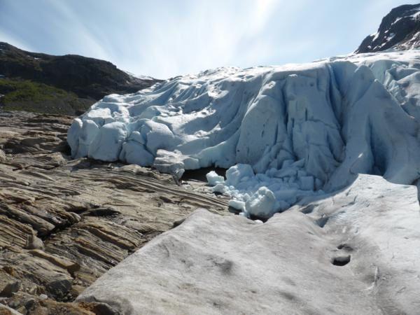 """pas question pour moi de redescendre par où j'étais montée...pour grimper sur les rochers...ça va, mais dans l'autre sens...j'ai trop le vertige...une seule solution... longer le glacier pour emprunter le second """"chemin"""" balisé avec des chaînes... mais la pente était forte et  l'appareil photo est resté dans la poche !!!"""
