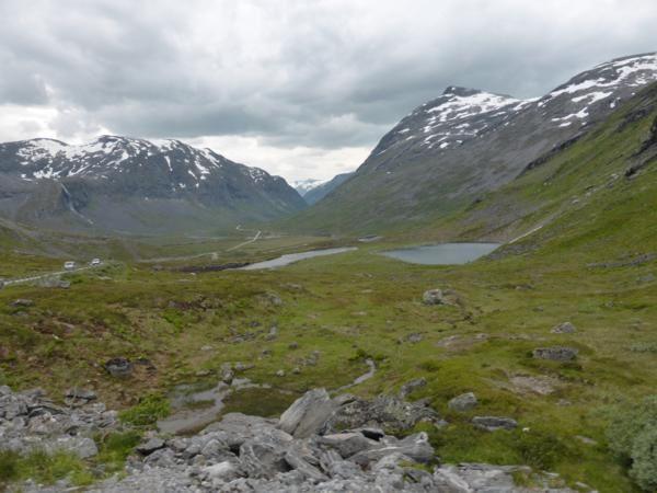 en poursuivant la route... haut plateau... puis descente de lac glaciaire en lac glaciaire...