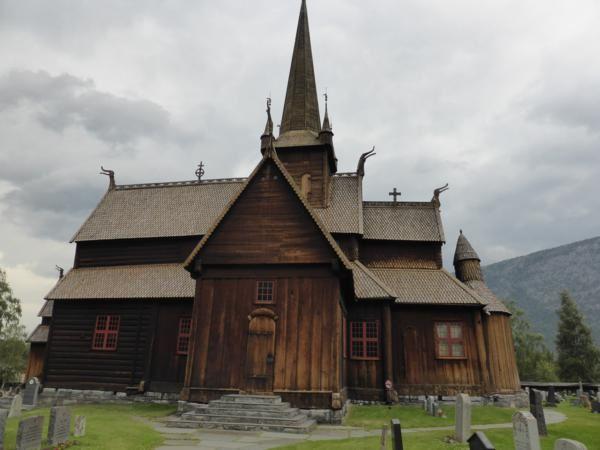 où nous allons visiter une très belle église en bois debout (stavkirke)