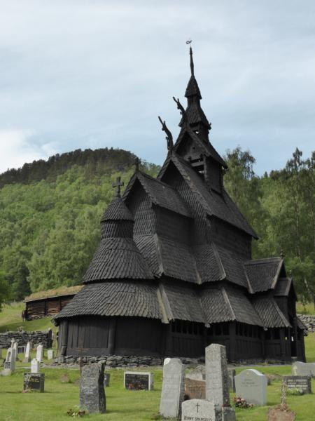 La construction de l'église de Borgund remonte à 1180...La raison de sa longévité... les troncs ont été séchés sur pied afin de permettre à la résine de remonter à la surface du bois...puis les artisans ont travaillé les quelques 2 000 pièces nécessaires ...