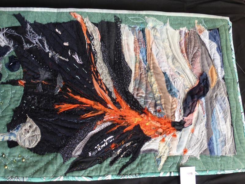 superbes ouvrages réalisés à partir de divers tissus de récupération, parfois peints, teintés au préalables...