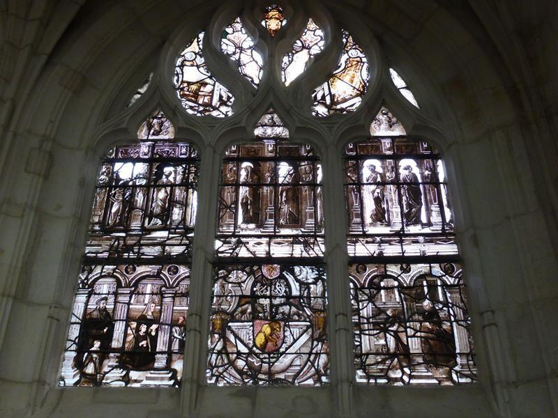 de beaux vitraux...dont une grisaille du milieu du XVI ... et la rosace....