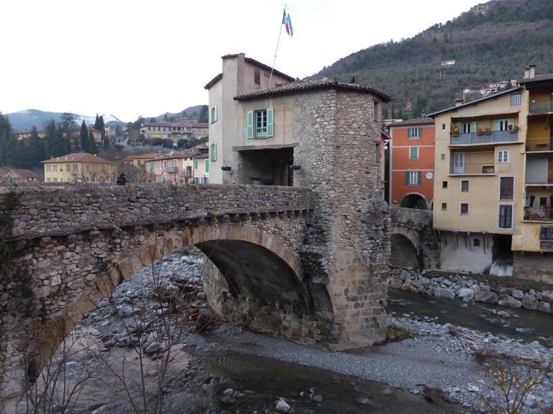 ...Emblème du village, le Pont-Vieux bâti au XIII sur la voie Nice-Pièmont....Sa tour de défense a longtemps servi à recevoir les droits de péage sur les produits échangés avec l'Italie... sel , riz....