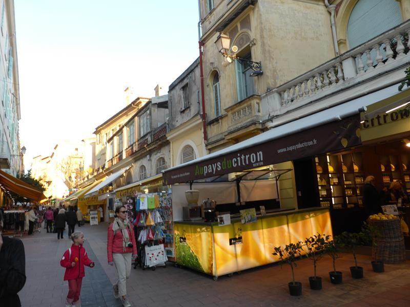 ...et dans la ville avant de remonter à Sospel.