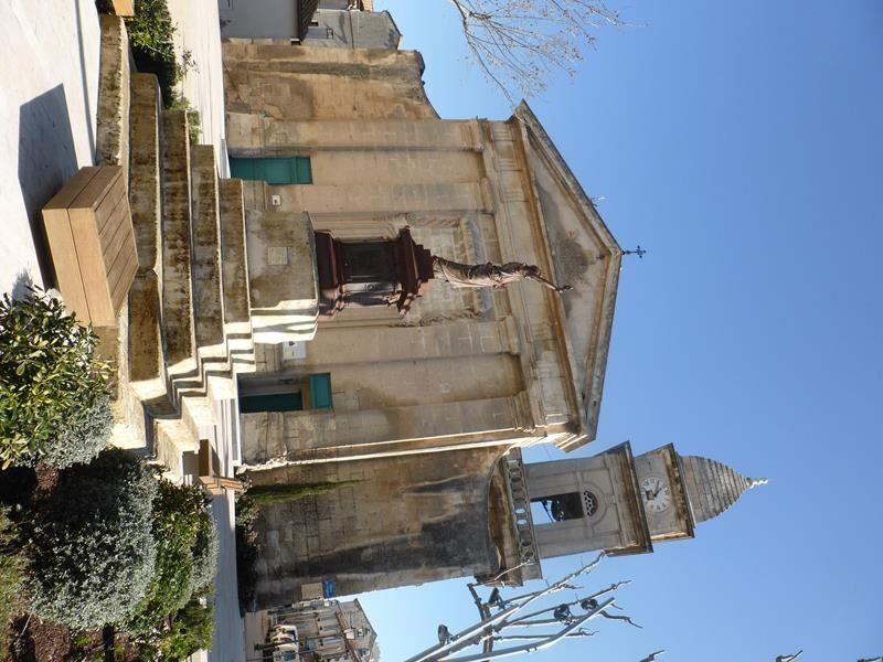 ...curiosité à Fontvieille...une statue de Marianne 1889 à la gloire des grandes dates de la Révolution française juste face à l'église...j'aime !!!