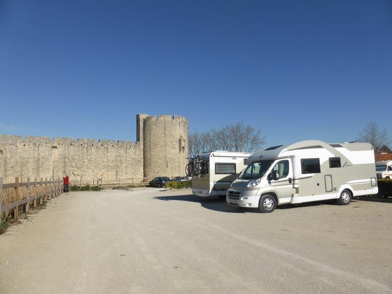 C'est au pied des remparts que se trouve le parking réservé aux camping-car....
