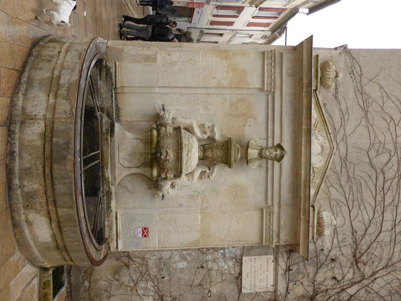 ...fontaine avec une représentation de Nostradamus...