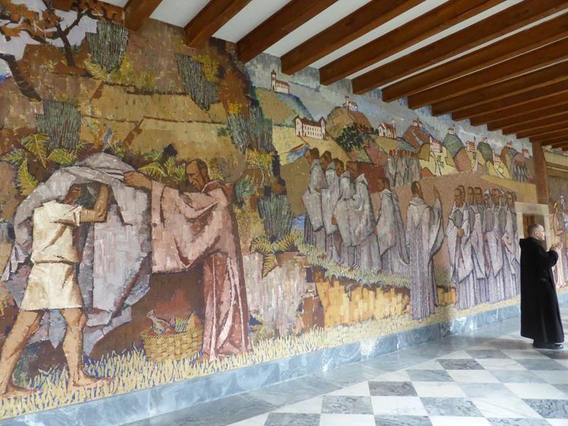 ...à l'étage des fresques murales retraçant la vie et les miracles de St Benoit, ainsi que la fondation d'un premier monastère à Monte Cassino...