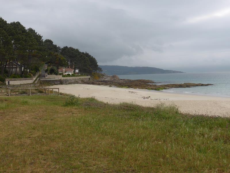 ...passage sur la grande plage de Langosteira...au loin Fisterra...