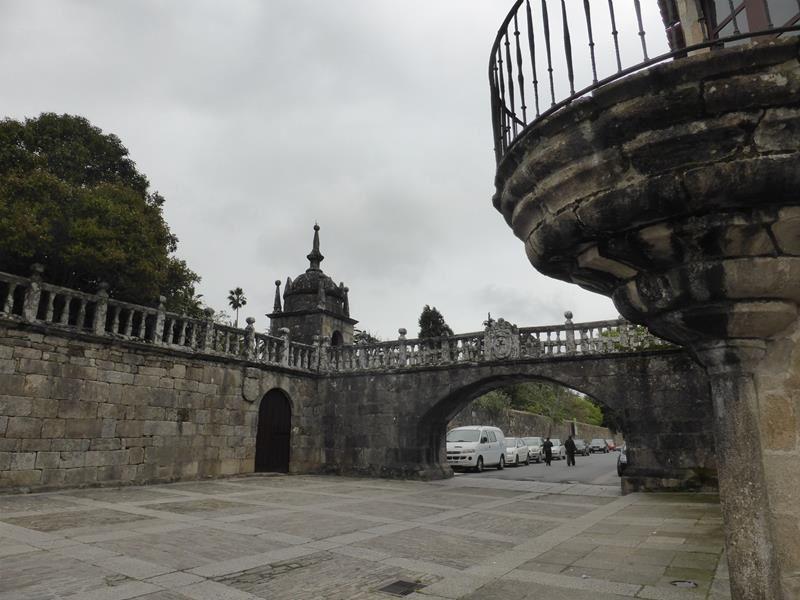 Un seul pont arche subsiste sur les quatre qui encadraient la place...