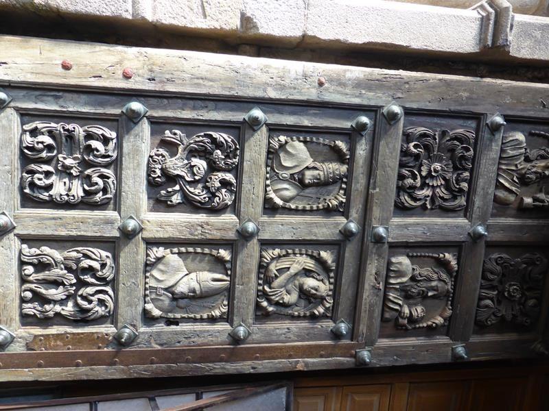 superbe porte de bois sculptée...