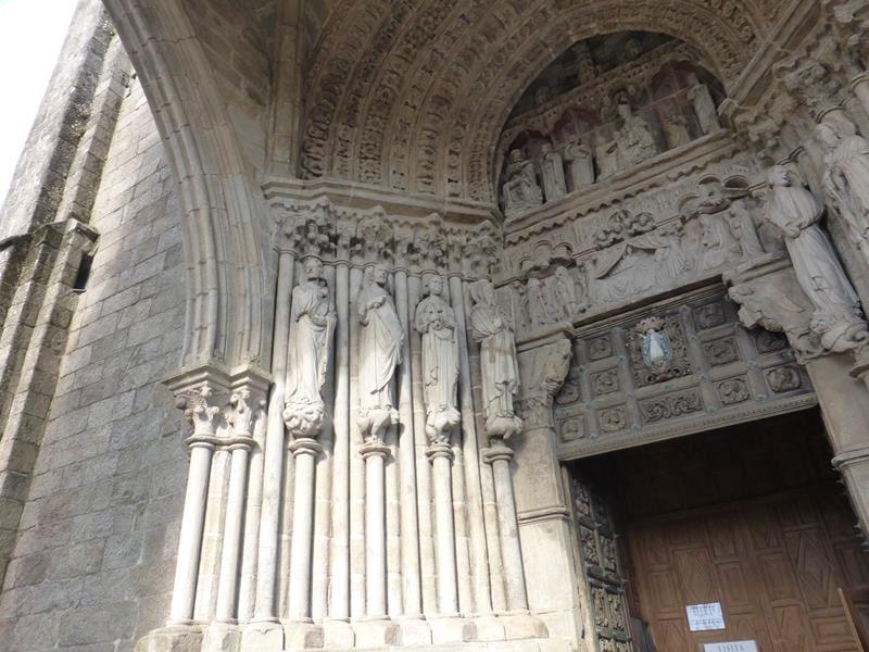 ...abritant un portail sculpté glorifiant la Vierge avec adoration des mages et des bergers....