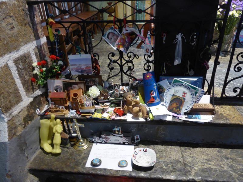 """...de nombreux ex-voto...à l'extérieur des boutiques vendent eau bénite et amulettes...et offre l""""herbe d'amour"""" !!!"""