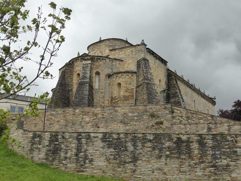 monastère fondé au IX...chevet soutenu par d'énormes contreforts...