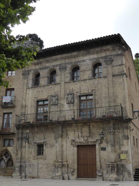 ... sur la place de San Martin, de belles maisons  anciennes...