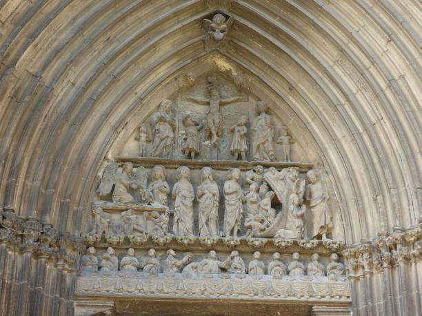 XII - XIV : joli tympan ... de haut en bas : crucifixion, résurrection et descente du Christ aux Enfers, Cène...