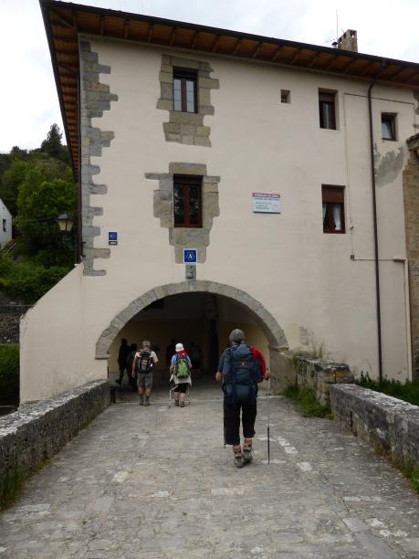 Passage sous le porche d'entrée du couvent et c'est l'arrivée dans la zone urbaine