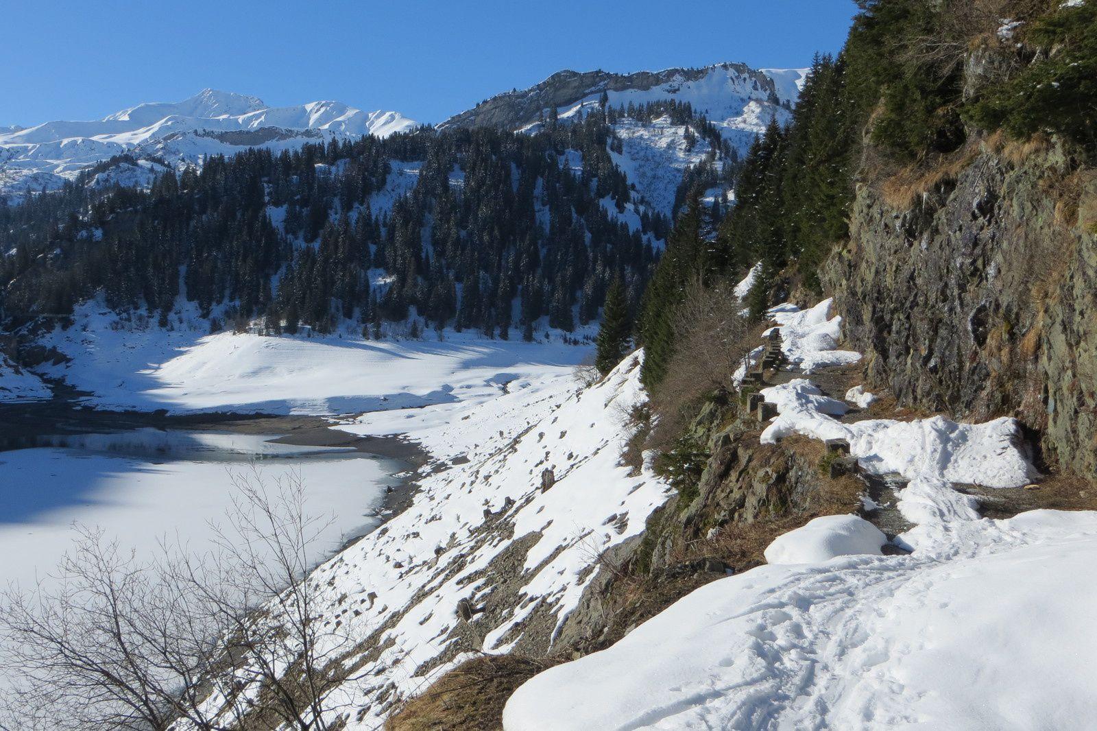 La piste longeant le barrage