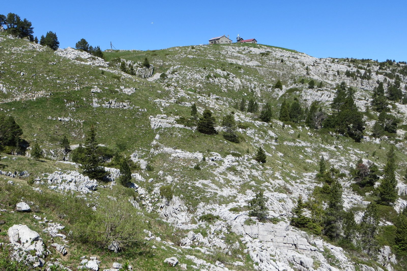 Sur le sentier de la Grotte de l'Enfer (vue arrière sur le Chalet C. Dunant)