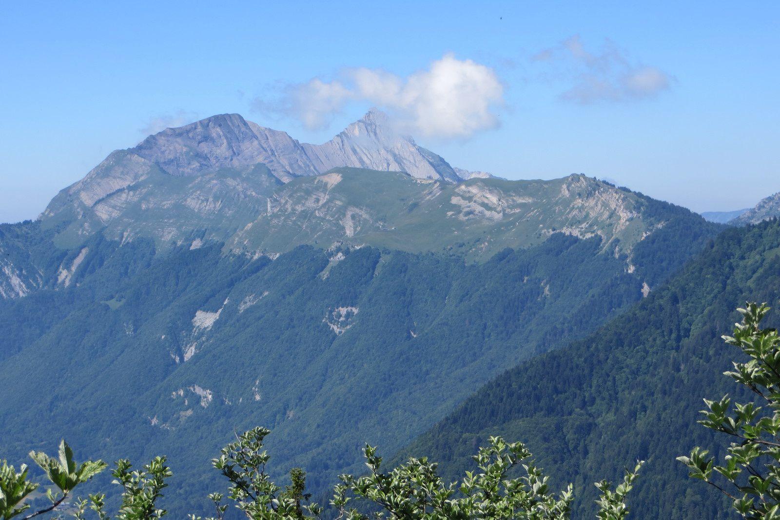 Mont d'Armenaz et Mont Pécloz vus du sentier de montée