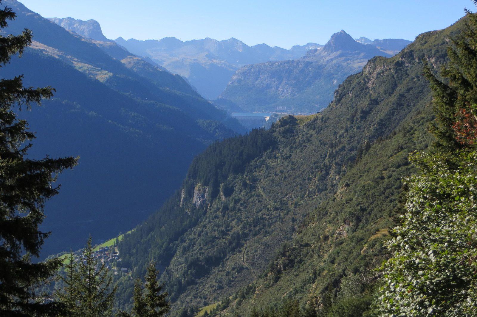 Vue sur le Lac du Chevril depuis le sentier de montée
