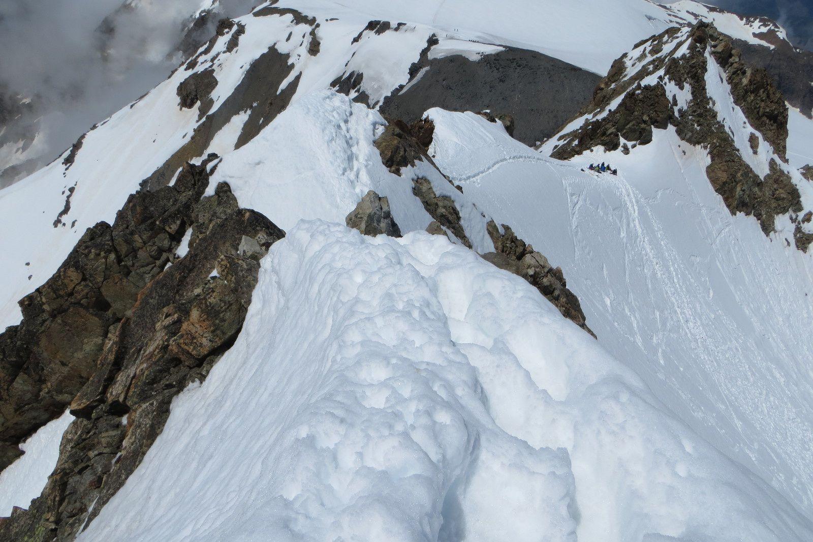 """L'arête de montée vue du sommet et le """"collu"""" au pied de l'antécime"""