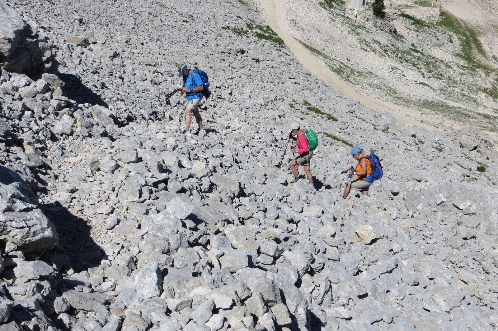 Vue arrière sur la montée au Col des Moucherolles par le pierrier