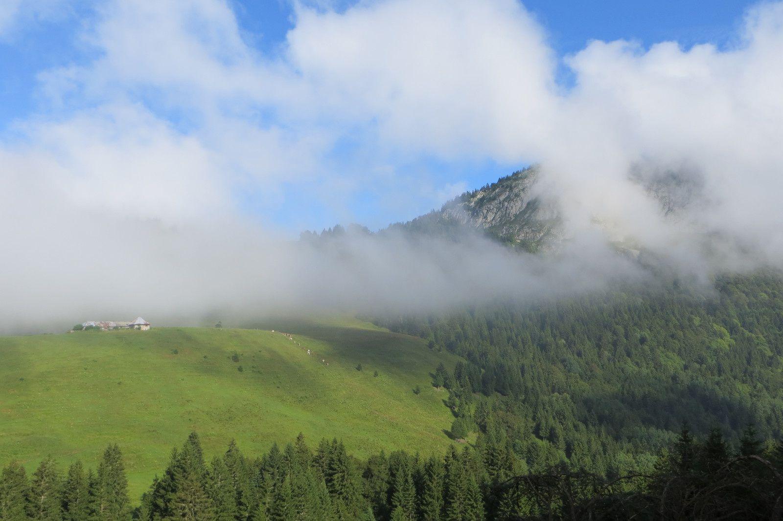 Chalets du Mollard sous le Crêt du Char (à gauche dans la brume)