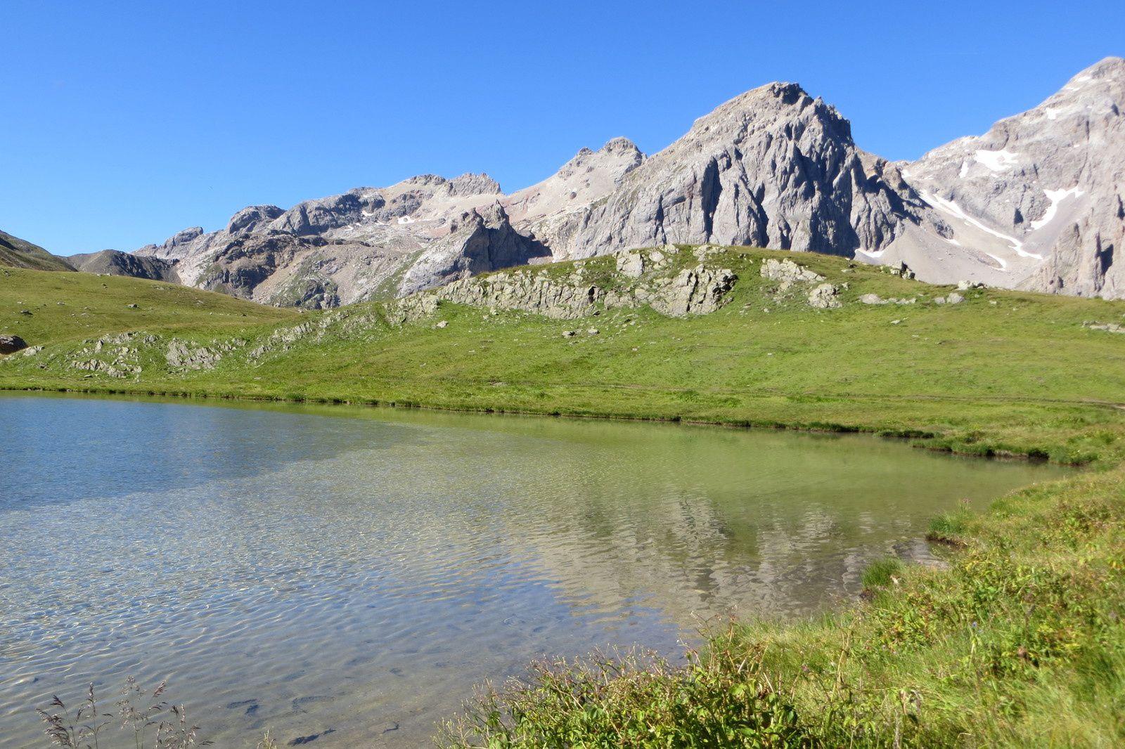 Lac des Cerces 2410m devant le Rocher de la Sauma