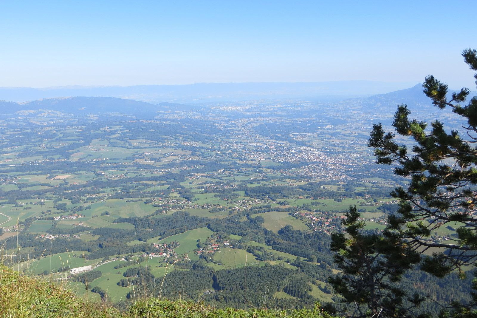 La plaine du Pays Rochois (au fond dans la brume les crêtes du Jura et le Lac Léman)