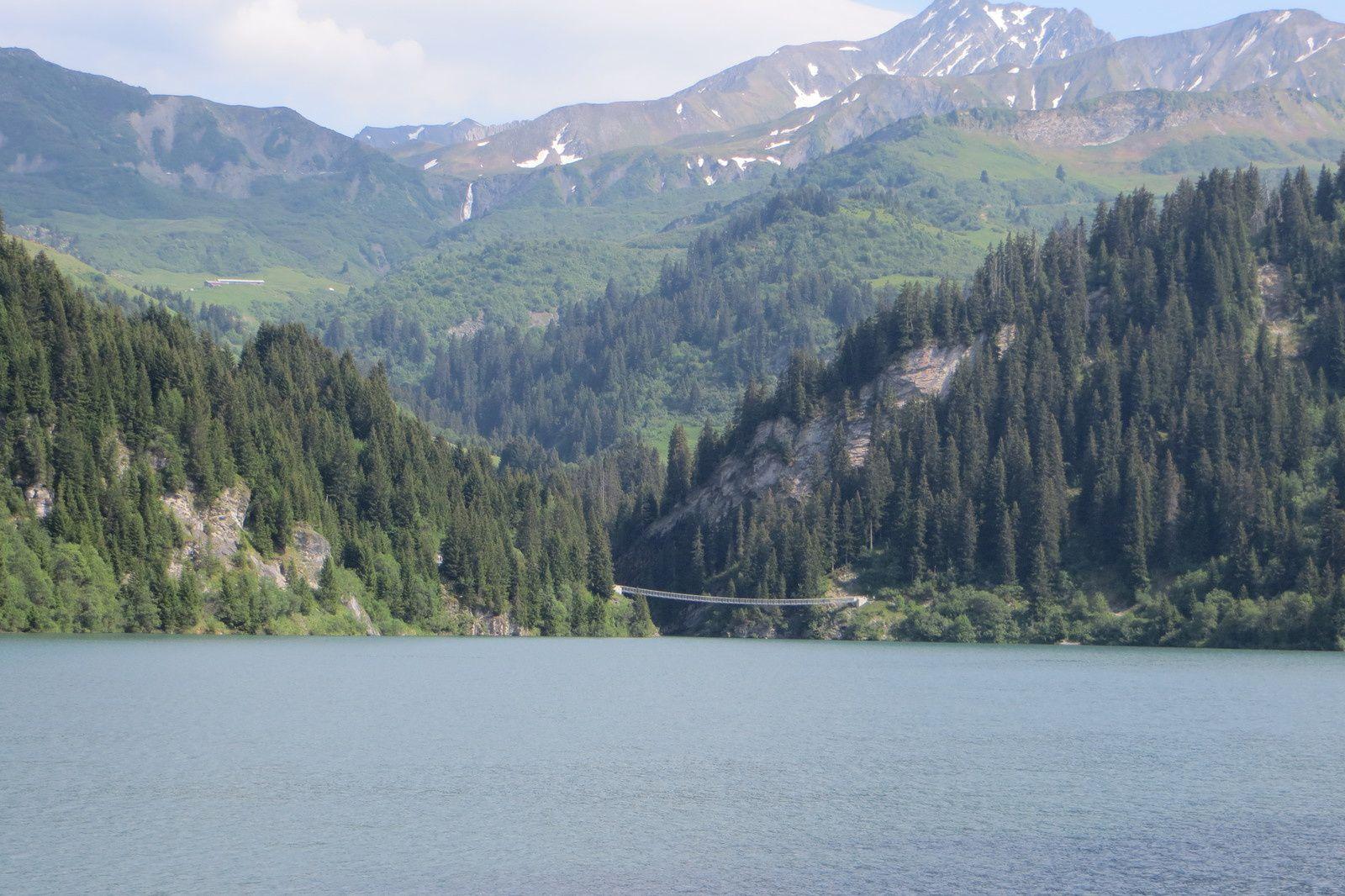 Le lac de Saint Guérin et la passerelle