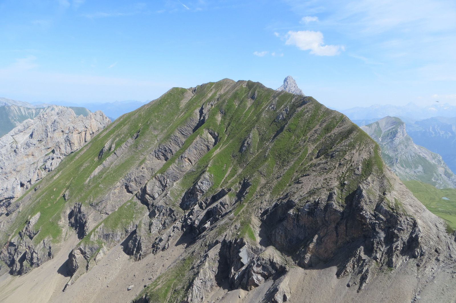 Mont Fleuri 2511m laissant entrevoir le sommet de la Pointe Percée 2750m (vus de la crête)