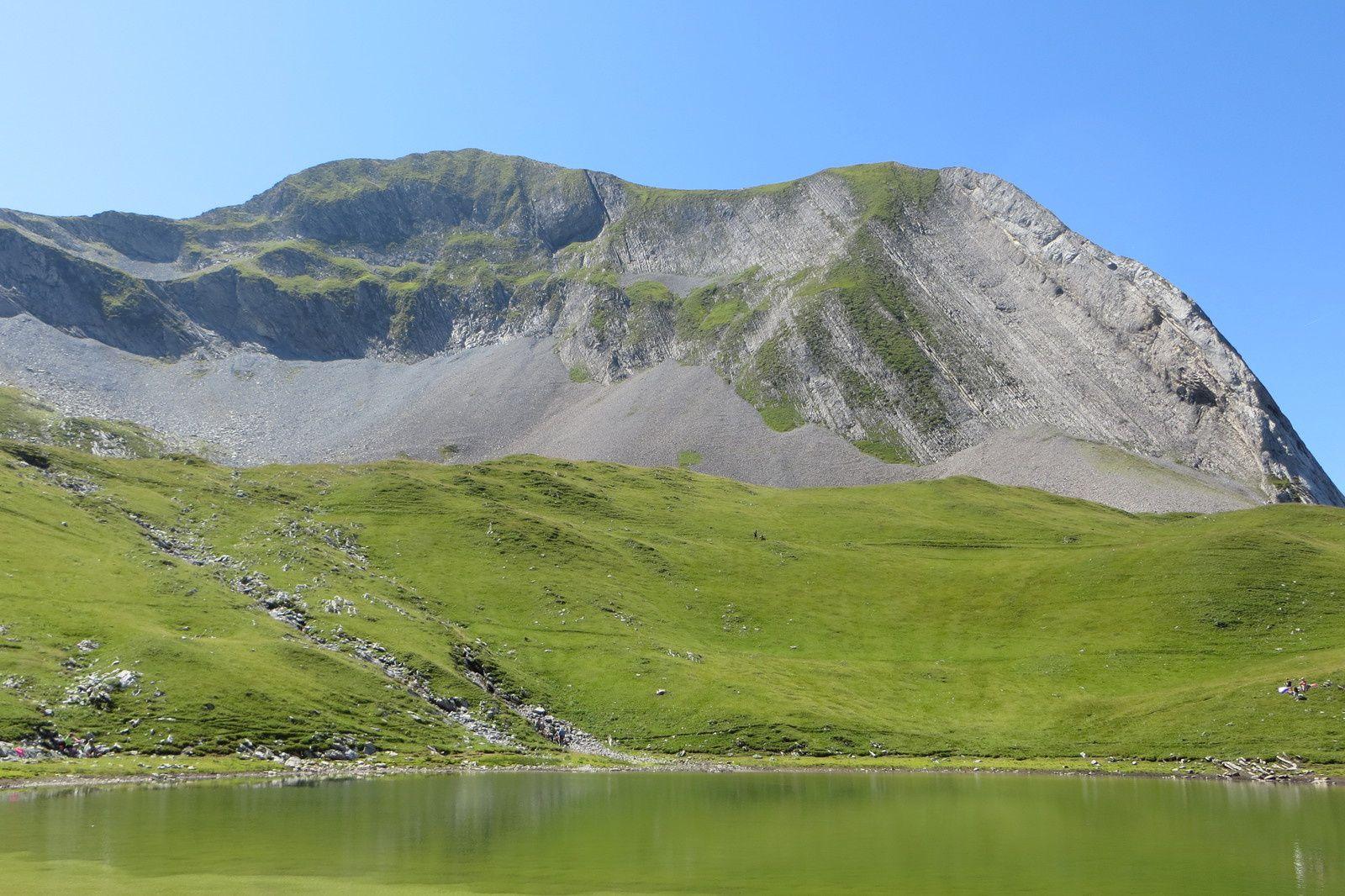 Le lac au pied du Mont Charvin