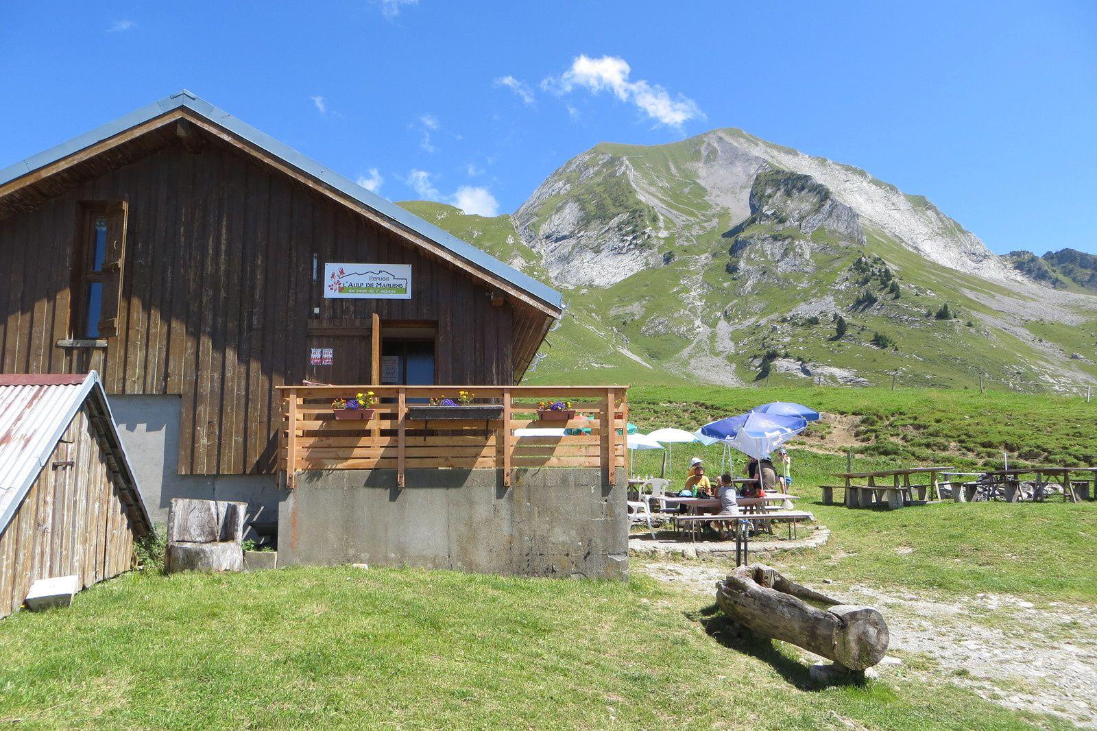 Refuge du Haut de Marlens 1657m devant le Mont Charvin 2409m