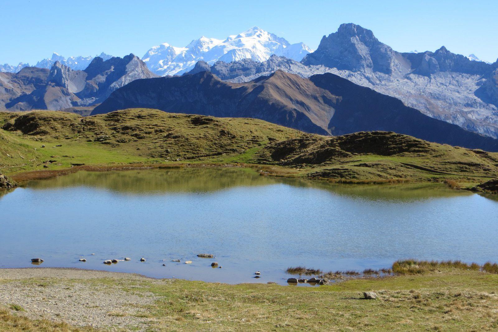 Le Lac de Peyre 2106m devant la Pointe Percée (au 2° plan) et le Mont Blanc