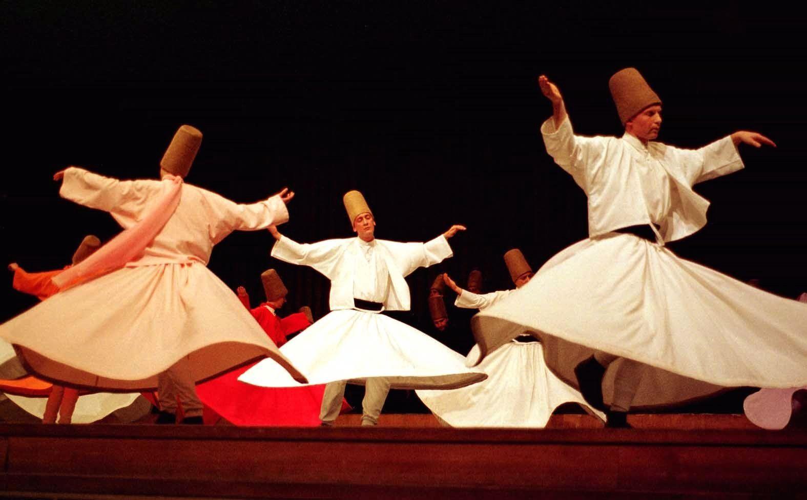 La danse des soufis derviches tourneurs est considérée comme un éveil de l'âme, le moyen par lequel l'âme recherche la douceur et l'humilité primordiales, le germe d'amour divin déposé dans les coeurs.Elle est une tentative de réintégration de la chair dans l'Esprit...