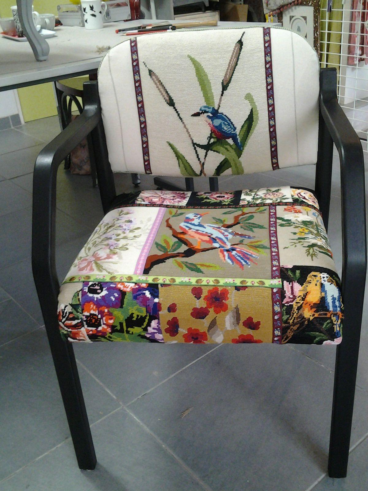 un fauteuil en canevas par Symiote