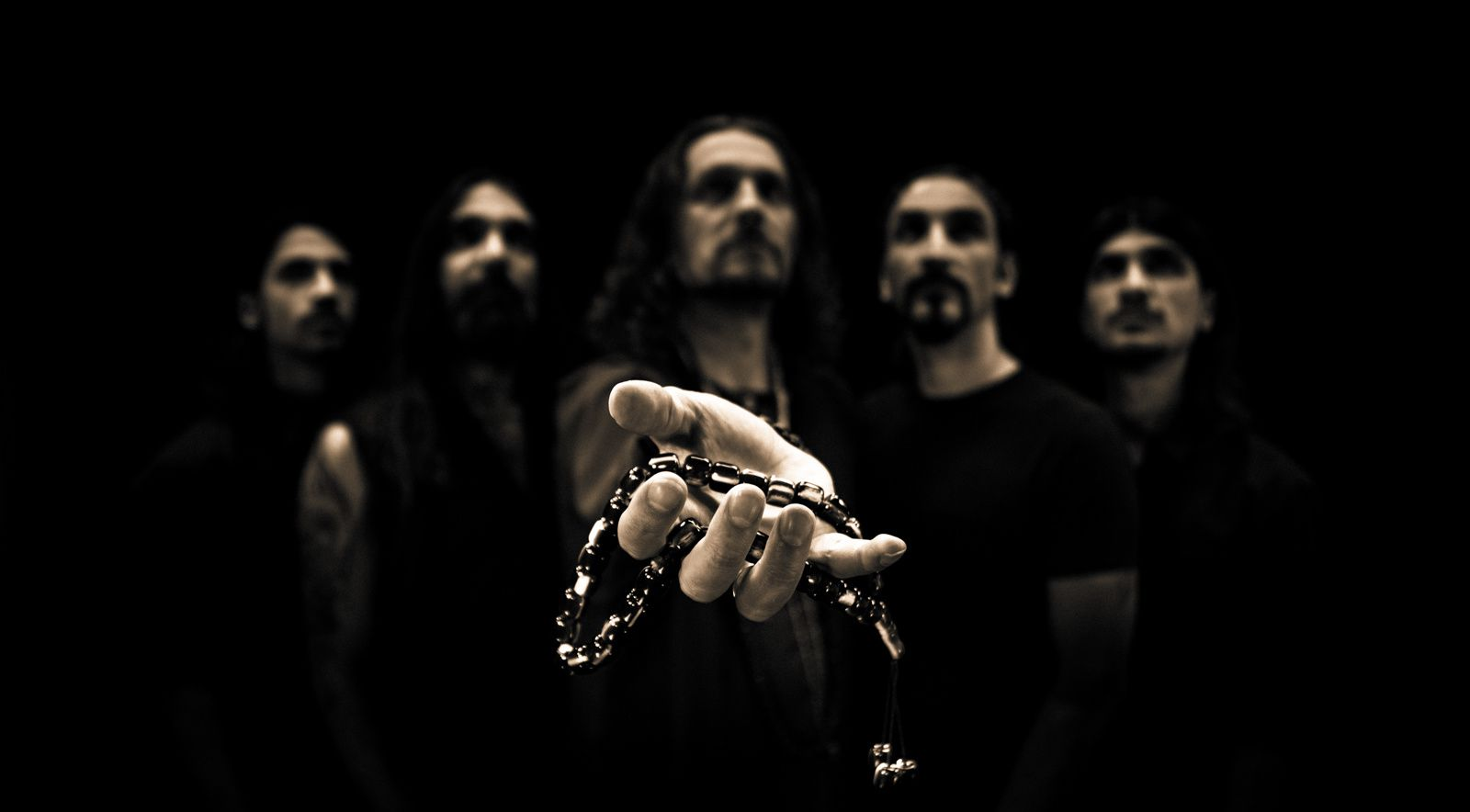 Le groupe Orphaned Land au complet