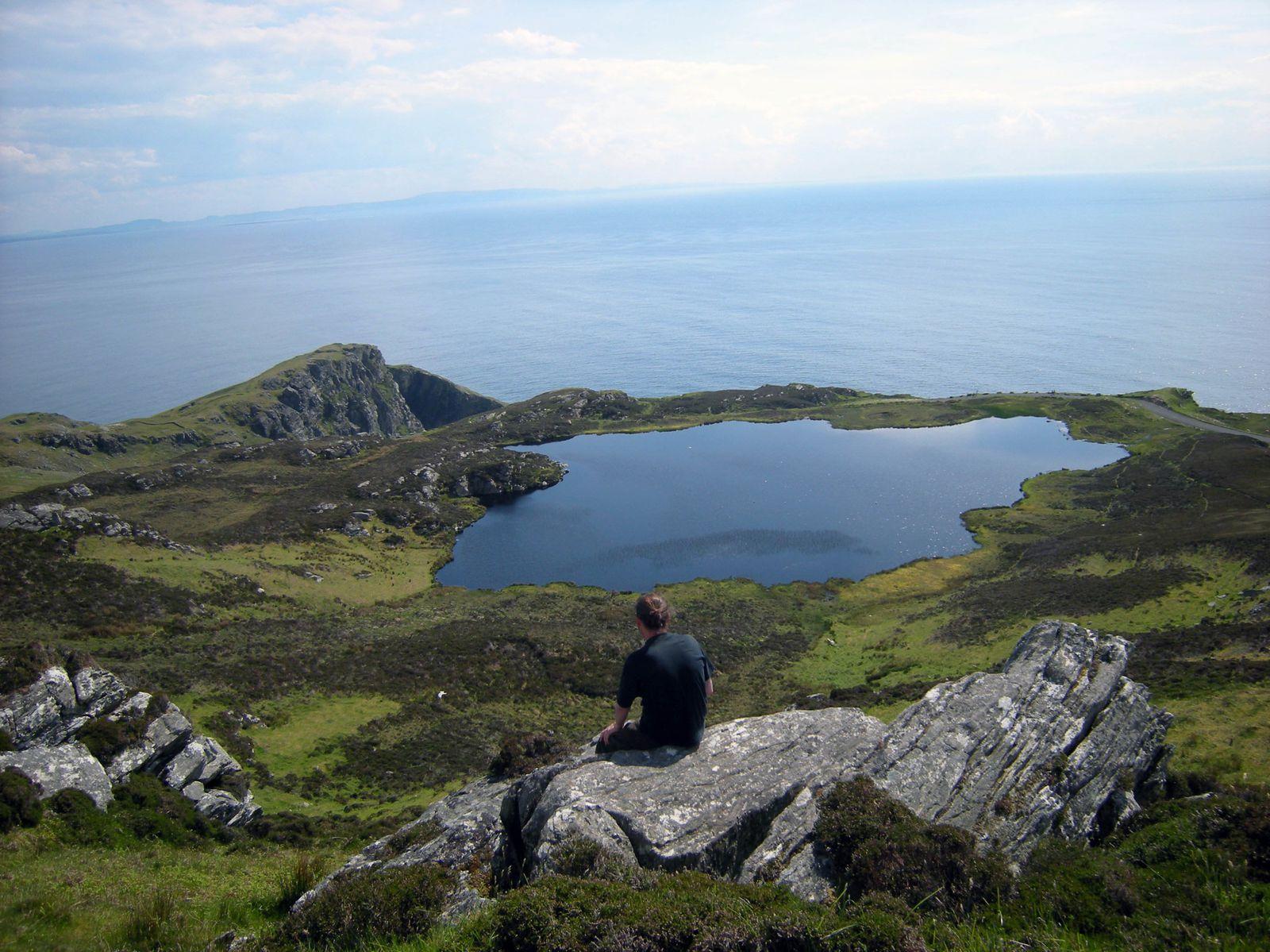 La tombe mégalithique est sur la deuxième photo et sur l'une des suivantes il y a un géant de profil, on n'est pas en Irlande pour rien, hein!