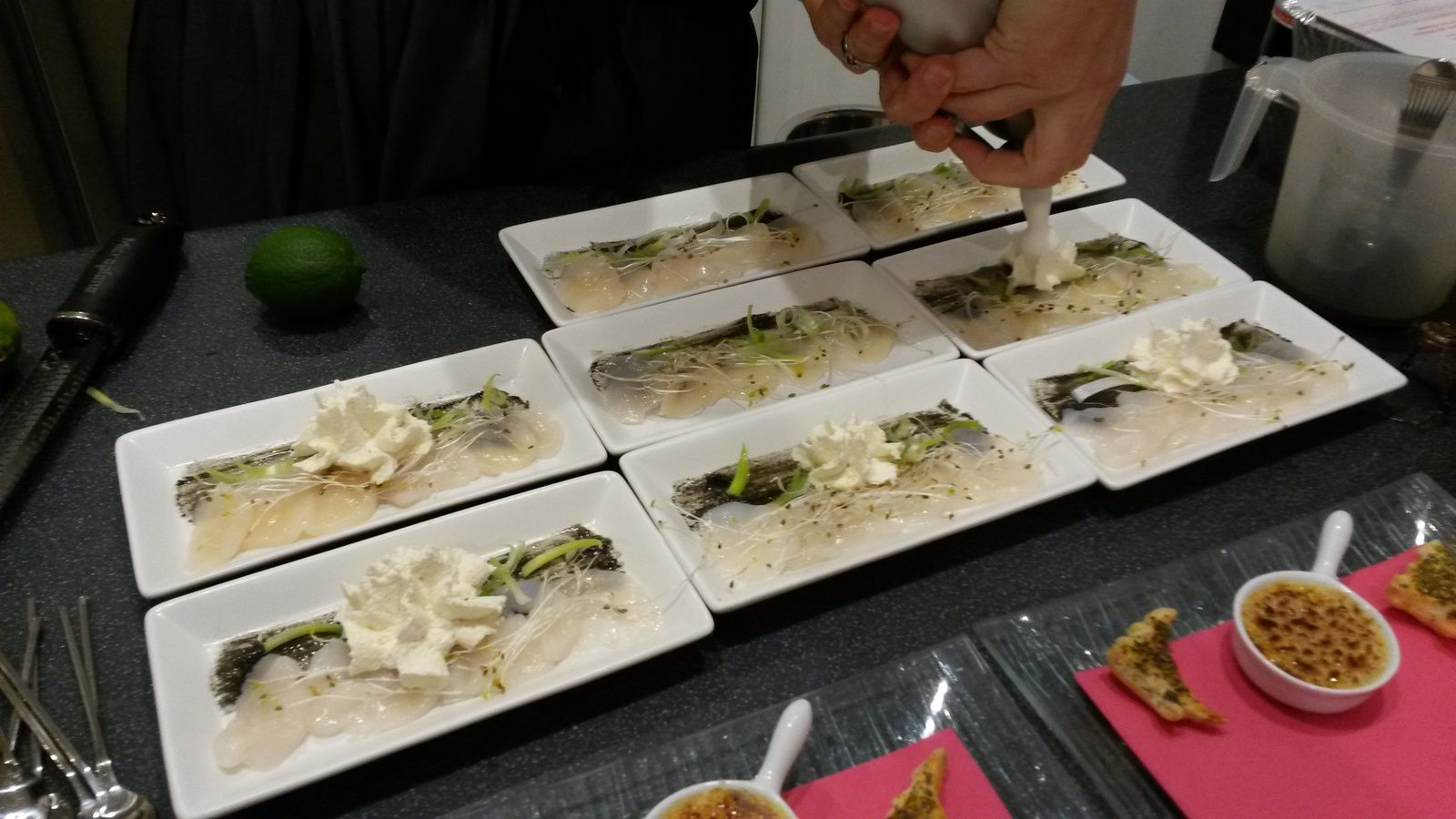 CARPACCIO DE SAINT JACQUES ET CHANTILLY DE CITRON VERT
