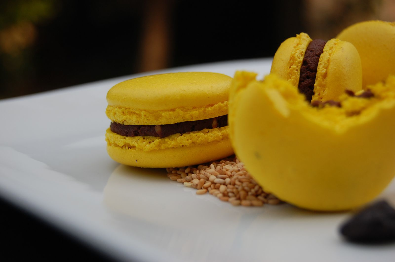 MACARONS GANACHE CHOCOLAT NOIR TONKA ET SESAME GRILLE