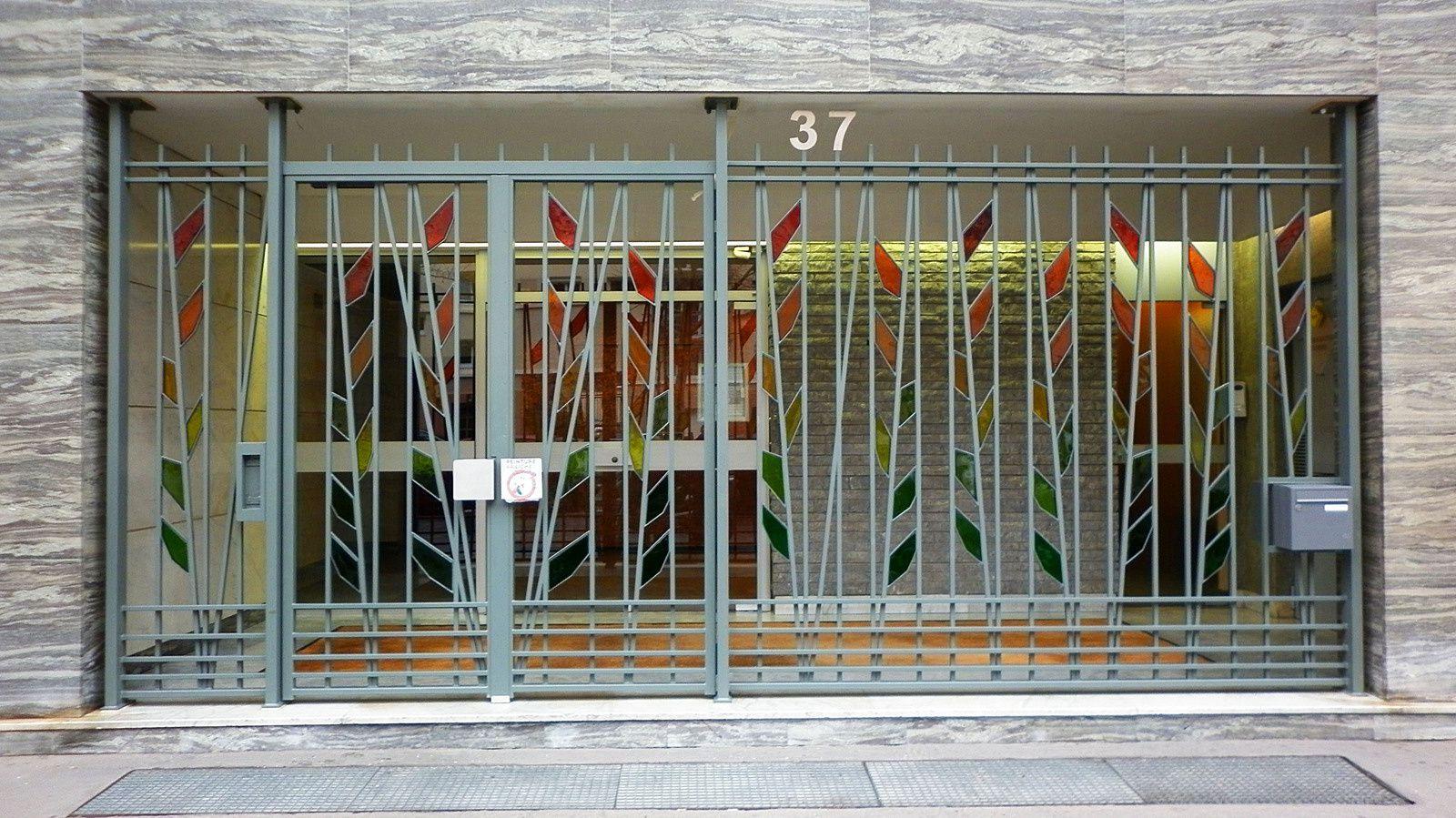 Vitrail - Dalles de verre en insertion dans une grille ornementale