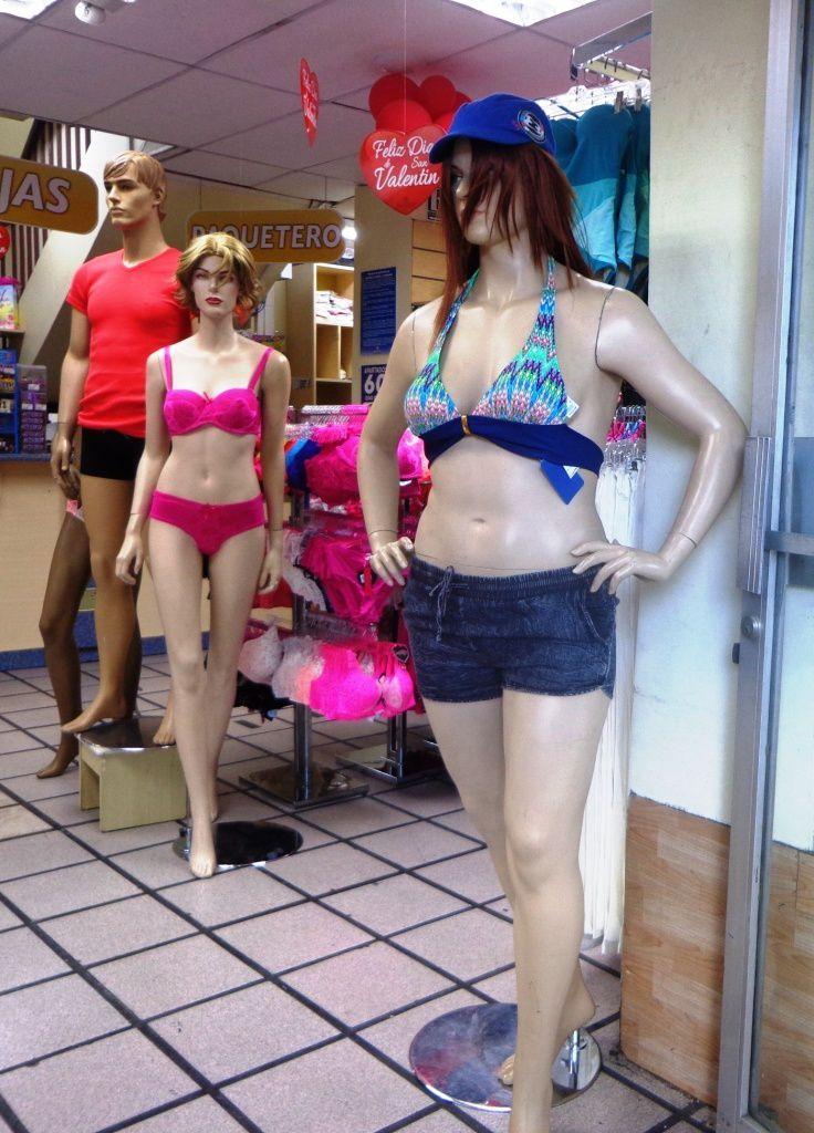 Le mannequin en bleu a des proportions plus en chair que l'autre  : c'est la première fois que j'en vois un.