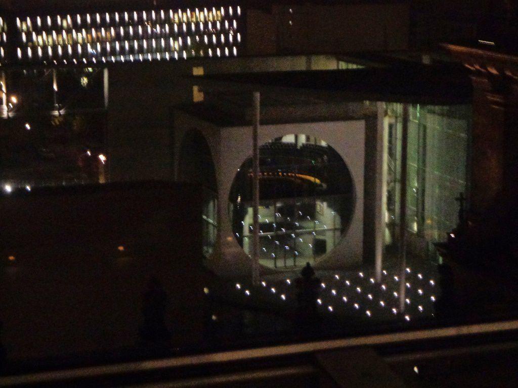 """Le bâtiment de la chancellerie, surnommée """"la machine à laver"""" à cause de son hublot"""